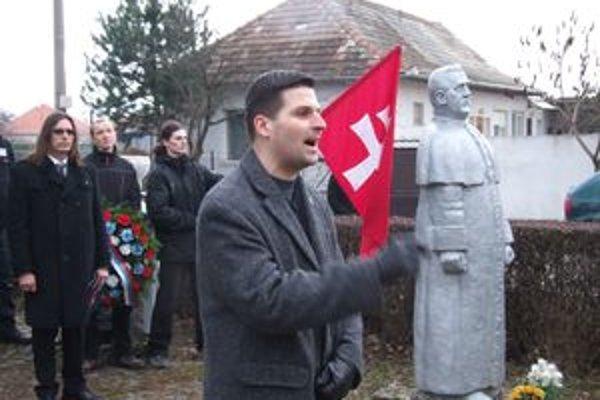 Švec každý rok v Čakajovciach pri Nitre velebí Tisa, prezidenta vojnového slovenského štátu. Počas Tisovej vlády deportovali zo Slovenska tisíce Židov. Švec teraz ohlásil, že bude kandidovať na nitrianskeho primátora.