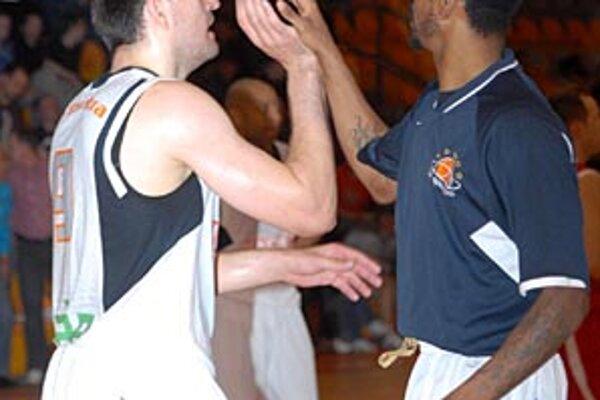 Basketbalisti Nitry odviedli výbornú prácu, priam sfúkli súpera z palubovky. Na snímke sa tešia Novák s Crawfordom.