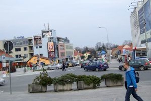 Budova by mala vyrásť na začiatku Palárikovej ulice (v smere od Tatry), na súčasnej ceste. Jej súčasťou má byť podjazd.