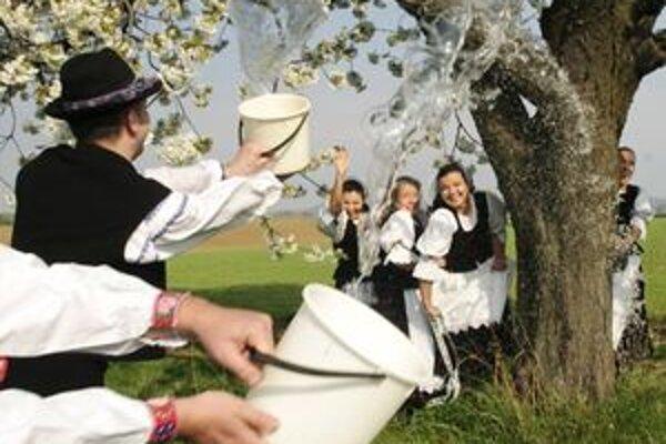 Veľkonočné tradície prežívajú v mnohých obciach, novú podobu im dávajú najmä folkloristi.