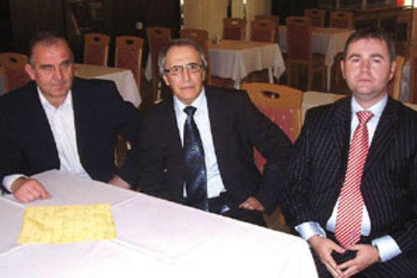 Predseda ZsFZ Štefan Sapár bol v sobotu v Nitre na seminári rozhodcov a delegátov zväzu, na snímke sú aj členovia KR Marián Kéry (vpravo) a Pavol Šipoš (vľavo).