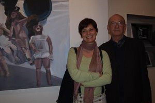 Nitrianska umelkyňa Jana Farmanová so svojím učiteľom Jánom Bergerom. V pozadí jej obrazy Bábiky a Pompeje.