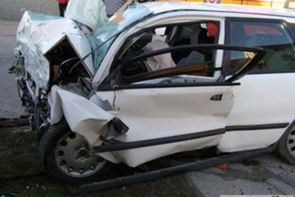 Pri tragickej nehode zomrel mladý muž, spolujazdec je zranený.