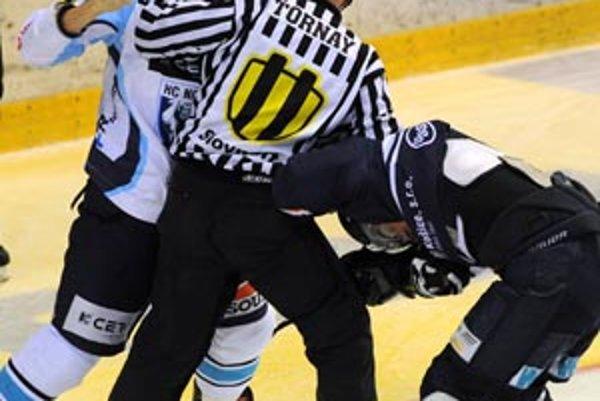 Rozhodcovia udelili hráčom Nitry 102 trestných minút. Po súboji s Dušanom Andrašovským (vpravo) si trest odpykal aj Michal Novák (vľavo).
