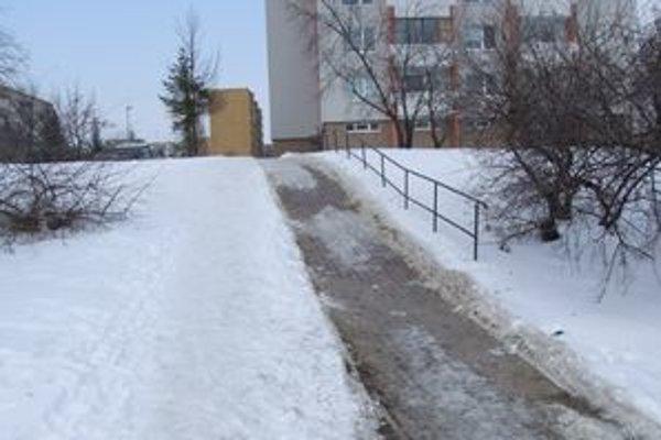 K streľbe prišlo v sobotu v noci na tomto chodníku.