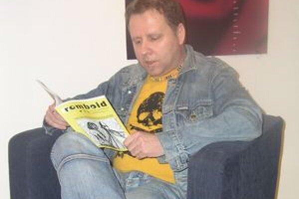 Balla na besede čítal svoju poviedku z časopisu Romboid.