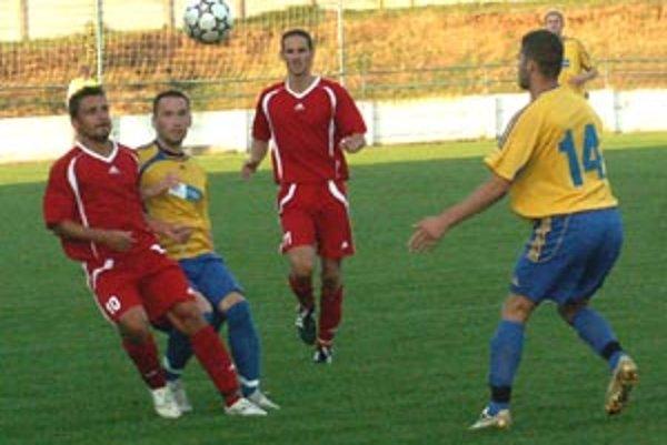 Vráble zdolali Bernolákovo 3:0, na snímke v tmavom Tužinský, Šándor a Husár.