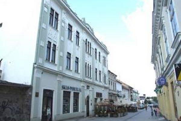 Mesto sa vzdá aj zrekonštruovanej kultúrnej pamiatky v centre (Kupecká 16, vľavo), ktorá prináša zisk.