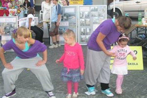 Na Divadelnom jarmoku tanečníci z Art of Dance učili deti hip-hopovým krokom.
