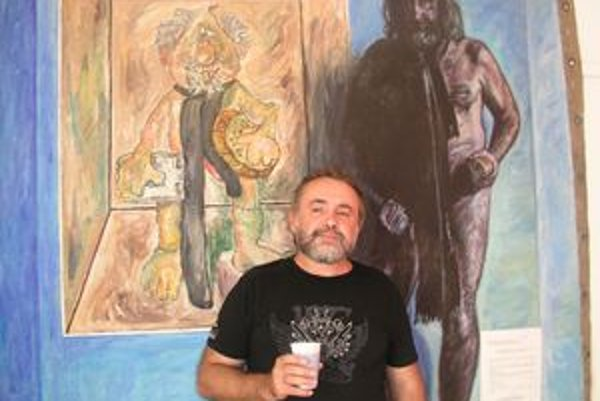 Rudolf Dička pred obrazom Proces sebadeštrukcie. NA plachte od auta namaľoval seba ešte ako dlhovlasého.