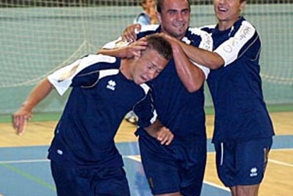Filip Moravčík (vľavo) prijíma spontánne gratulácie od spoluhráčov.