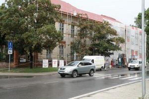 Do opravy strechy a výmeny okien na Základnej škole s vyučovacím jazykom maďarským Petra Pázmánya v Šali sa investuje 165.970 eur (päť miliónov korún).