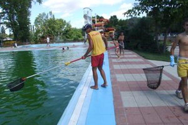 Plavecký plastový bazén od soboty skorého rána čistili, aby ho mohli znovu napustiť.