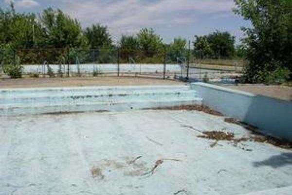 V bazénoch kúpaliska už dávno nie je voda. Zatvorili ho kvôli finančným stratám.