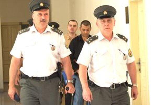 Obvinení Ladislav B. a Peter Š. zostavávajú vo väzbe. Prípad je už na súde.