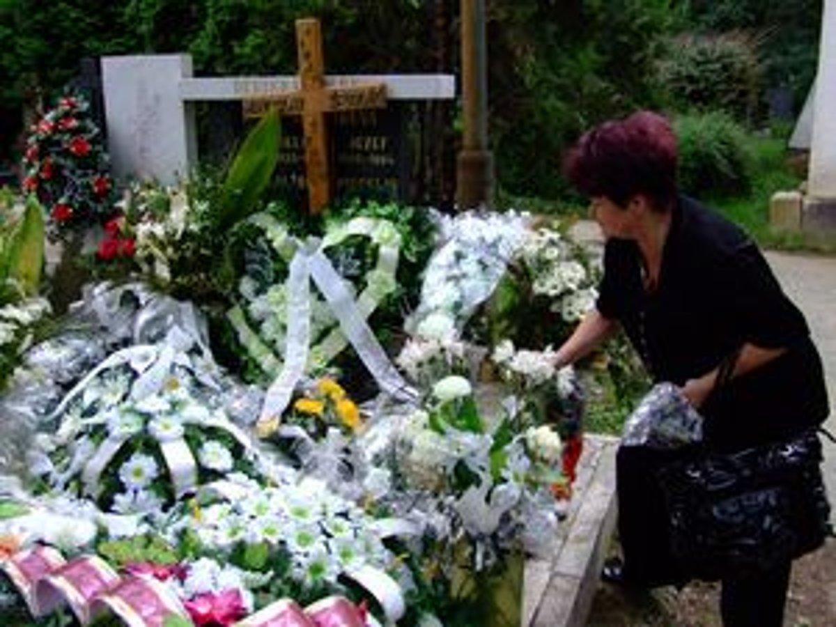 63b65b05d Alžbeta Špidlíková pred hrobom svojho manžela. Na posledný odpočinok ho  podľa pozostalých odprevadili nedôstojne.