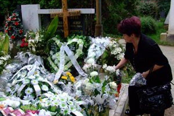 Alžbeta Špidlíková pred hrobom svojho manžela. Na posledný odpočinok ho podľa pozostalých odprevadili nedôstojne.