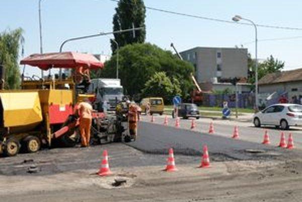 Oprava frekventovanej križovatky sa robila počas plnej dopravy. Mnohých vodičov to zdržovalo.