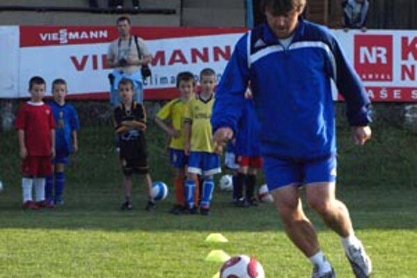 Ľubomír Moravčík sa venoval deťom, ktorých baví futbal.