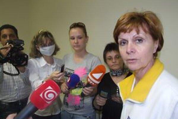 Zástupkyňa riaditeľa Alena Ďurišová informuje novinárov o pacientke s neznámou virózou.