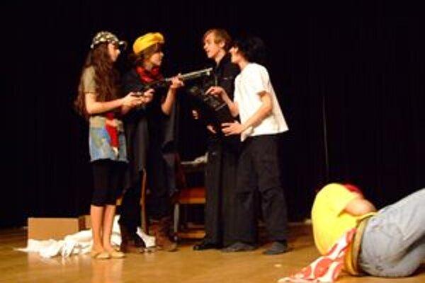 Študenti z gymnázia vo Vrábľoch so scénkou v angličtine.
