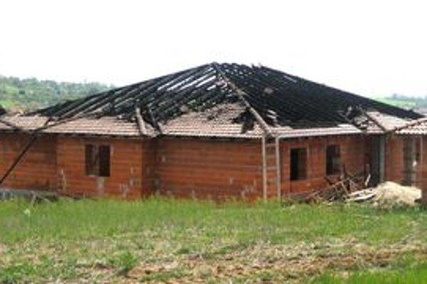 Na rozostavanom dome v Malom Lapáši sa prepadla strecha. Horela dve noci po sebe.