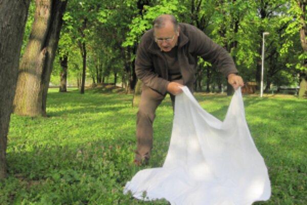 Jozef Brestovský mapuje kliešte vlajkovaním.
