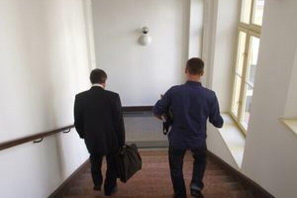 Vladimír odchádza s obhajcom zo súdu.