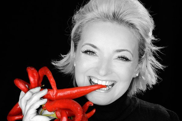 EVA PAVLÍKOVÁ (54) má dcéru Katarínu, ktorá vystupuje ako speváčka pod menom Katarzia. Jej mladší brat Peter Pavlík je basgitarista, od roku 1986 žije v Prahe a bol členom českej skupiny YoYo Band. 17. septembra oslávi herečka 55 rokov. Budúci rok oslávia