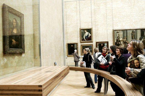 Návštevníci múzea sa prišli pozrieť na Monu Lisu.