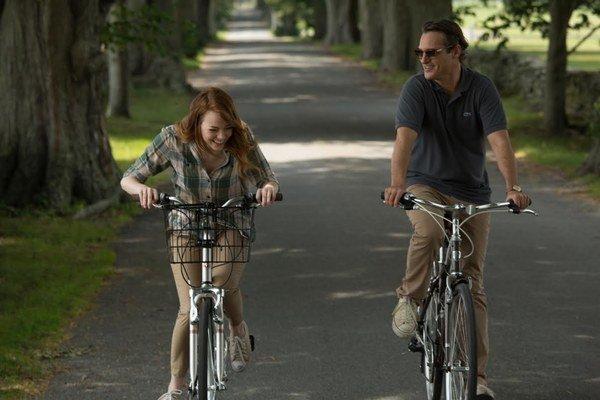 Dá sa nejako ospravedlniť vražda? Nad touto otázkou dumajú vo filme Iracionálny muž Joaquin Phoenix a Emma Stone.