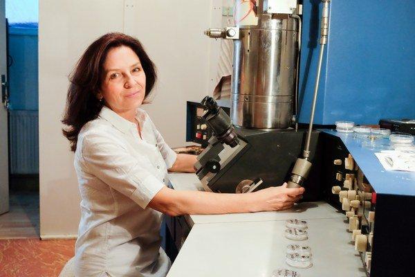 Oľga Nyitrayová skúma obrázky z mikroskopu už tridsať rokov.