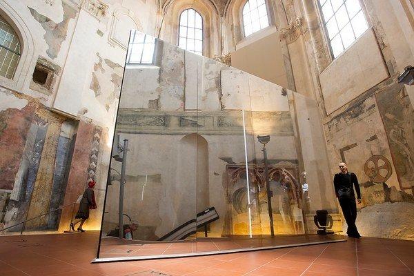 Inštalácia Odraz obrazu Borisa Kudličku je v odsvätenom pražskom Kostole sv. Anny.