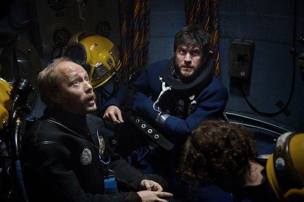 Hlavnú úlohu vo filme V hlbinách má Aksel Hennie (vľavo), u nás známy z filmu Kamoš.