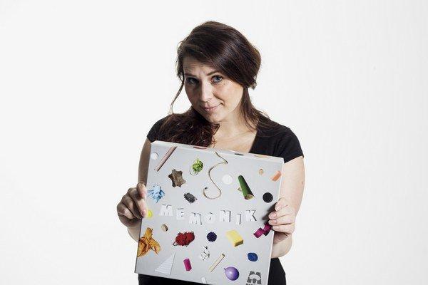 NIKOLETA ČELIGOVÁ (26) sa narodila v Nitre, žije v Prahe. Po štúdiu dizajnu na Škole úžitkového výtvarníctva v Kremnici vlani absolvovala magisterské štúdium na Vysokej škole výtvarných umení (VŠVU) v Bratislave. Získala Cenu rektora za diplomovú pr