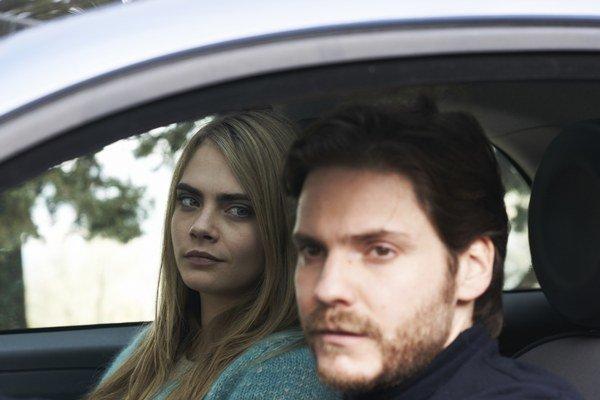 Film S tvárou anjela zložitým spôsobom rozpráva o skutočnom prípade vraždy v Taliansku.