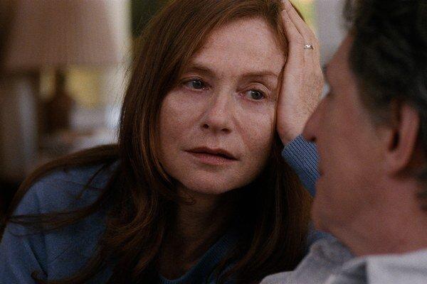Koľko členov rodiny, toľko predstáv a perspektív. Isabelle Huppert a Gabriel Byrne hrajú v nórskom filme Hlasnejšie ako bomby manželov.