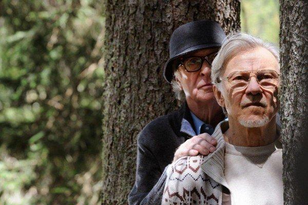 Michael Caine (vľavo) a Harvey Keitel hrajú dirigenta a režiséra, ktorí si myslia, že vysoký vek im priniesol poznanie, aké umelecké dielo je hodnotné.