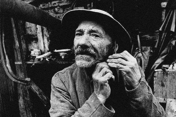 Film Dušana Hanáka Obrazy starého sveta (1972) bol krátko po dokončení stiahnutý z distribúcie. Po rokoch sa vrátil k divákom, získal viacero medzinárodných ocenení a aj dnes, štyri desaťročia od svojho vzniku, reprezentuje slovenskú kinematografi