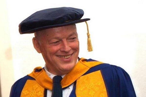 Na univerzite v Cambridgei dostal David Gilmour čestný doktorát.