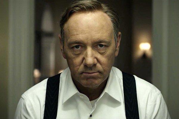 Kevin Spacey v úlohe amorálneho politika v seriáli House of Cards.