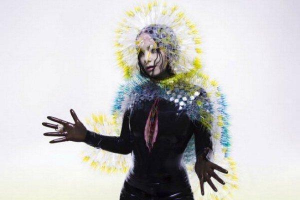 Možno na novinke speváčka spomína na vzťah s vizuálnym umelcom Matthewom Barneym.