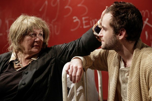 Zita Furková (Mileva Marič) a Matúš Kvietik (Eduard Einstein) v novej isncenácii divadla Astorka Korzo 90.