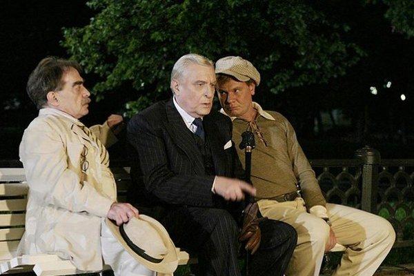 Predsedu moskovského zväzu spisovateľov Masolitu a jeho kolegu básnika Bezdomného práve vyrušil v dišpute tajomný cudzinec. (V ruskom televíznom seriáli z roku 2005)