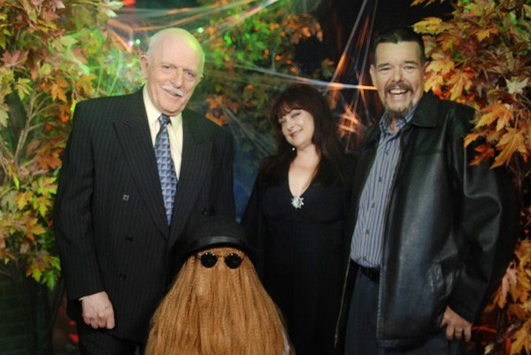 Ken Weatherwax (vpravo) s hercami zo seriálu Rodina Adamsovcov.