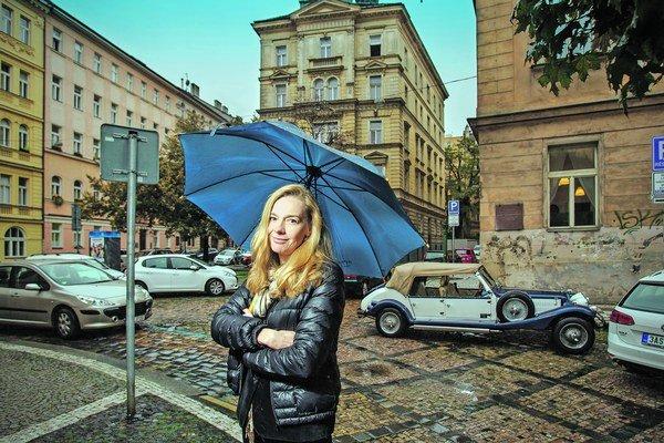 Andrea Sedláčková (1967. Narodila sa v Prahe, tesne pred revolúciou odišla z FAMU, emigrovala a v Paríži vyštudovala prestížnu filmovú školu FEMIS. V Česku po revolúcii nakrútila filmy Oběti a vrazi, Musím tě svést alebo televízne filmy Ze života