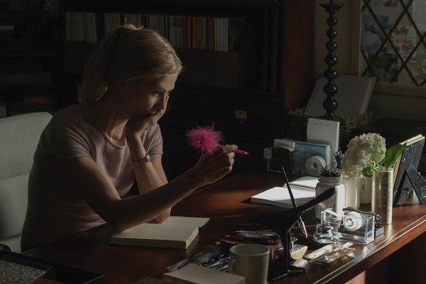 Rosamund Pike v novom Fincherovom filme, ktorý nie je komédiou, no humor mu nechýba.