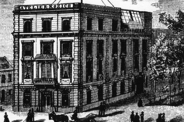 Prvý ateliér mal Kozics koncom štyridsiatych rokov v záhrade Slubekovho domu na Kozej ulici, odtiaľ sa presťahoval na vtedajšiu Promenádu, dnešné Hviezdoslavovo námestie. Najskôr išlo o budovu, v ktorej dnes sídli  Veľvyslanectvo USA, neskôr mal ateliér v