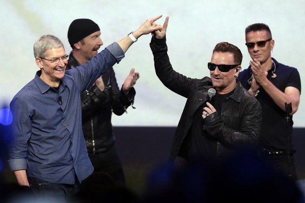 Rockeri a šéf Apple boli pred mesiacom plní eufórie, dnes sú realistickejší.