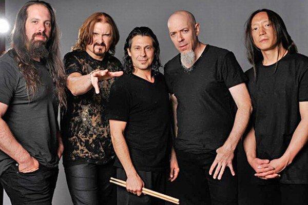 Skupina sa v Bratislave predstaví aj s novým bubeníkovm Mikeom Manginim (v strede).